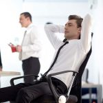 仕事をしない上司、やる気が無い上司の特徴や対処法は?潰すのはあり?